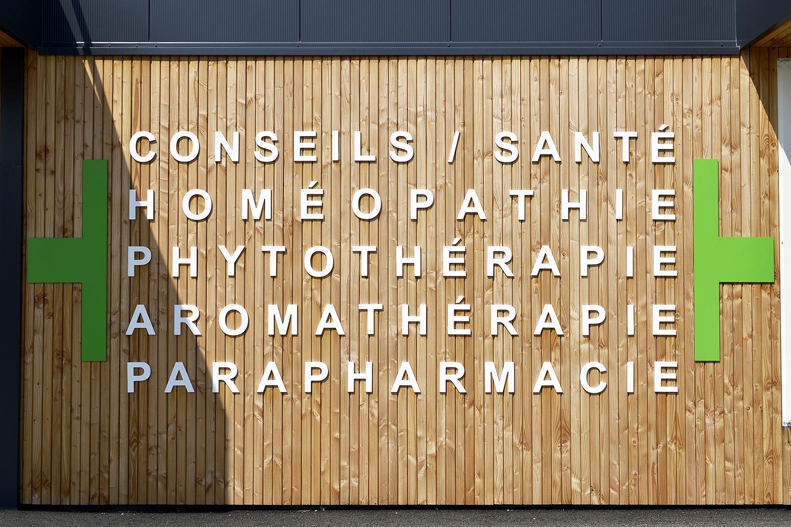 Façade de pharmacie devanture pharmacie Mobil M