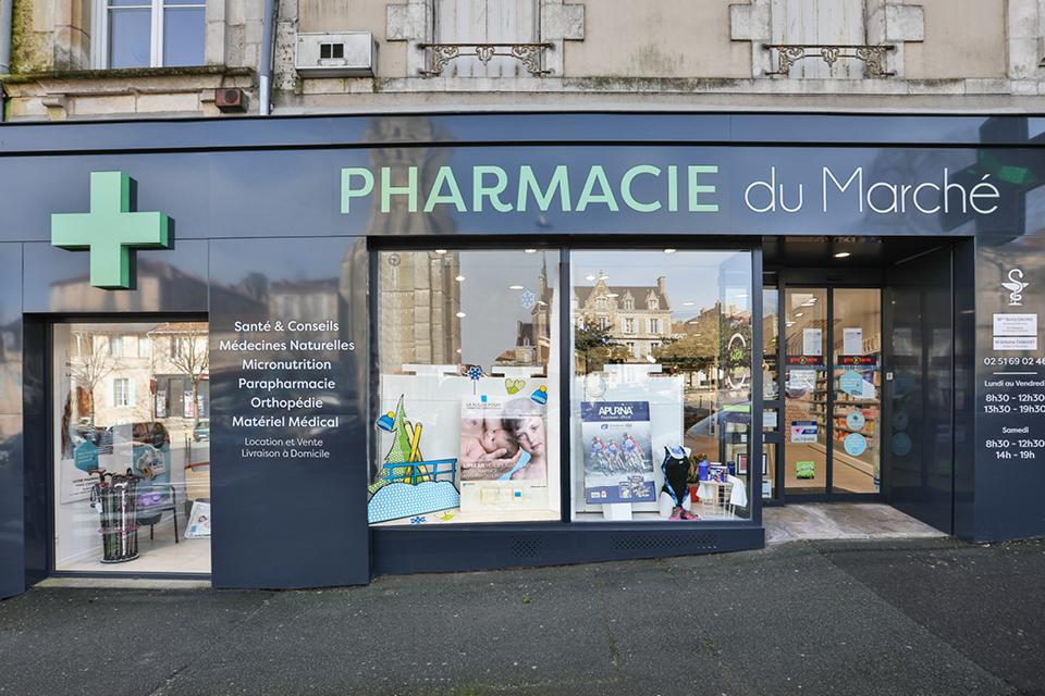agencement de la façade pharmacie du marché fontenay-lecomte par Mobil M agenceur pharmacie