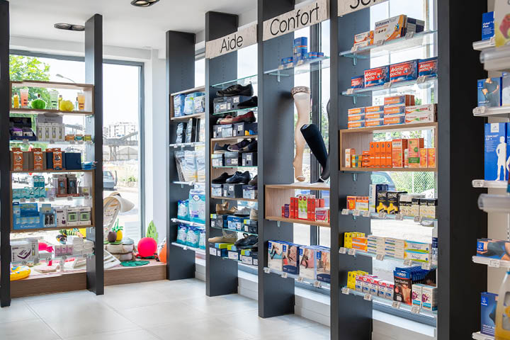Linéaire noir pharmacie sans fond devant vitrine pharmacie des Charentes -  Mobil M