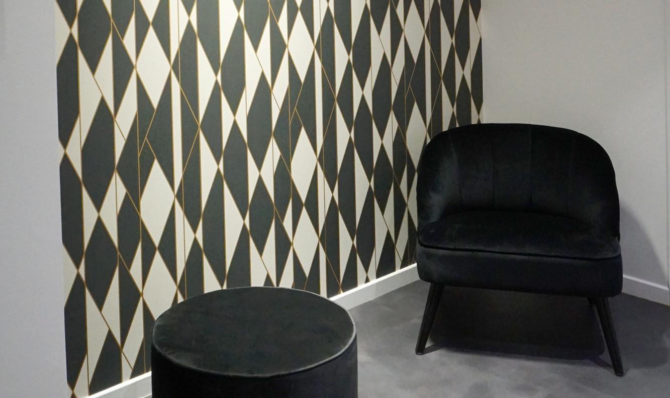 espace confidentiel pharmacie fauteuils noirs et poufs noirs attente